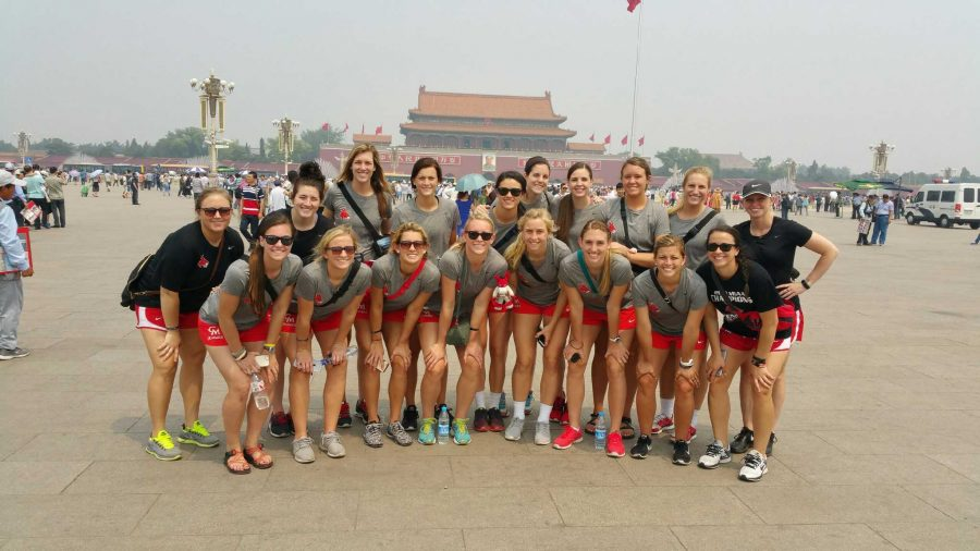 PHOTO+SUBMITTED+BY+JENNIES+VOLLEYBALL%0AJennies+volleyball+pose+in+front+of+the+Forbidden+City.+Through+the+UCM+Foundation%2C+the+team+traveled+to+China+to+face+international+competition+and+take+in+the+culture+on+an+11-day+trip+to+Beijing.