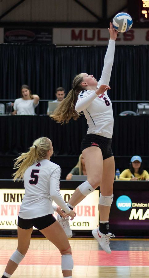 Sophomore Ally Offerdahl (left) leads the Jennies in assists and is averaging over 11 per set. Freshman Hannah Engelken (right) has averaged just under two kills per set in his first season with the Jennies. (Photo by Peter Spexarth/For the Muleskinner)